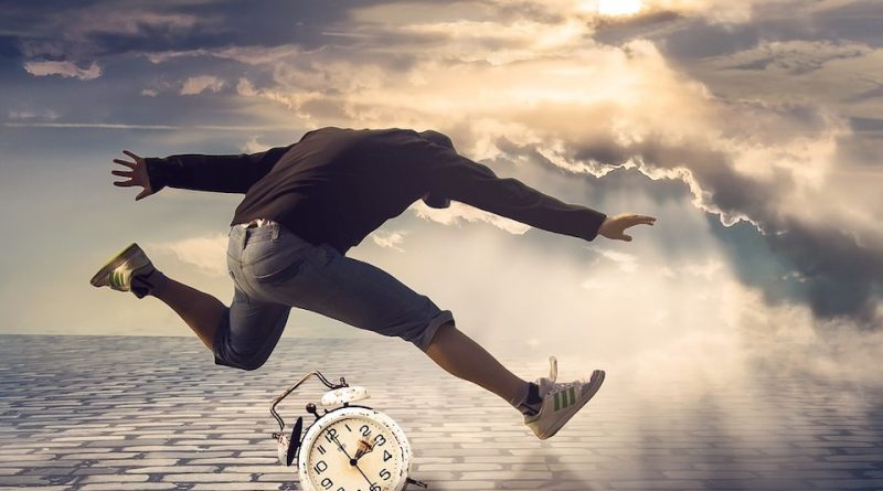 homme au saut du lit après un réveil solaire